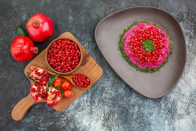 Vista superior de primer plano frutas el plato apetitoso el tablero con cerezas de cuchara de granada