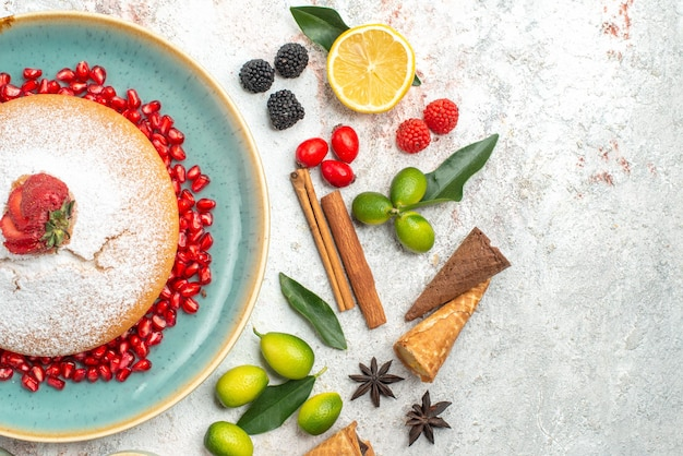 Vista superior de primer plano un pastel un apetitoso pastel con fresas canela en rama bayas anís estrellado