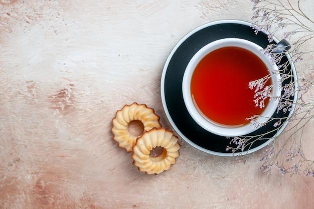 Vista superior de primer plano una taza de té una taza de apetitosas galletas de té