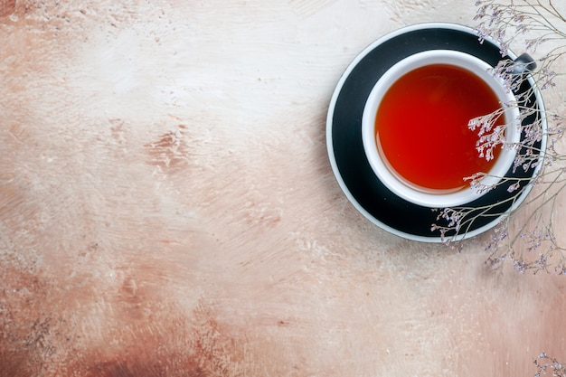 Vista superior de primer plano una taza de té una taza de té junto a las ramas de los árboles