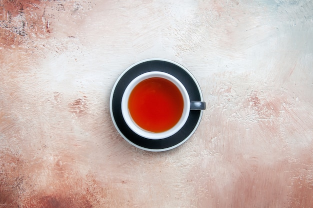 Vista superior de primer plano una taza de té una taza de té sobre la mesa