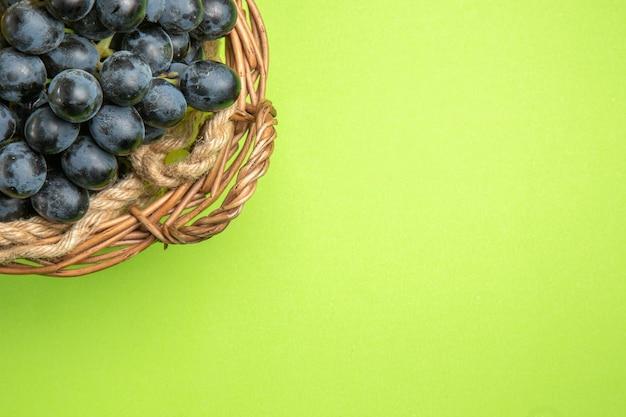 Vista superior de primer plano de uvas marrón cesta de uvas negras