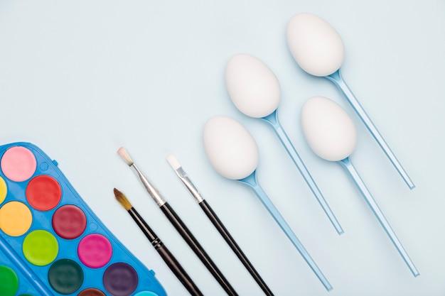 Vista superior del proceso de pintura de huevos