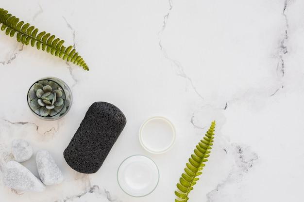 Vista superior de productos de baño sobre fondo de mármol con espacio de copia