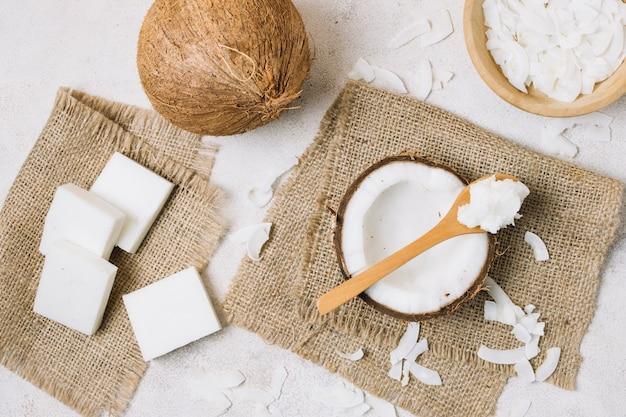 Vista superior de productos de coco en tela de saco