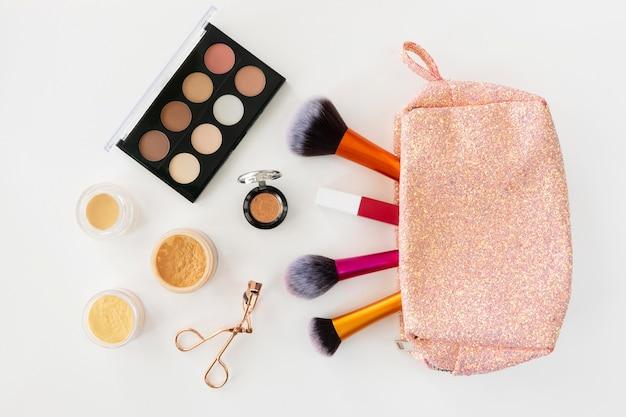 Vista superior de productos cosméticos de belleza en bolsa