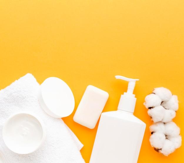 Vista superior de productos cosméticos con espacio de copia