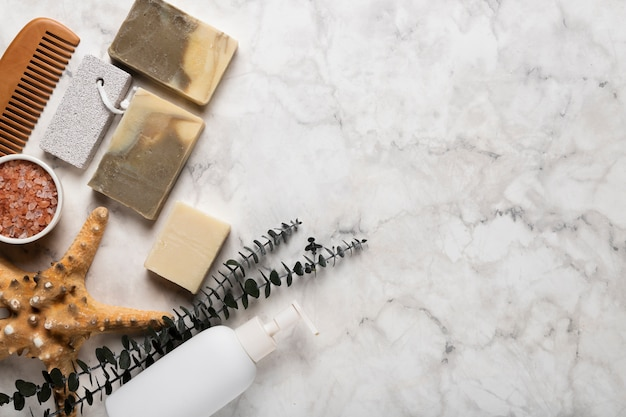 Vista superior de productos cosméticos y herramientas