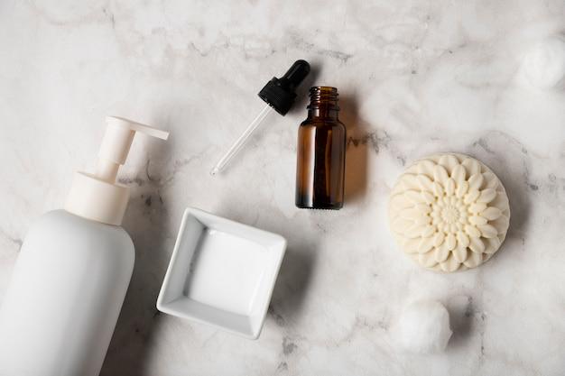 Vista superior de productos cosméticos en la mesa