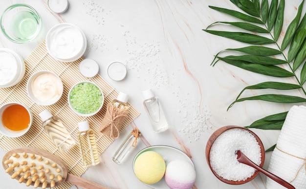 Vista superior de productos cosméticos naturales