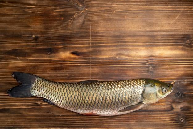 Vista superior de productos crudos de pescado fresco en mesa de madera pescado carne de mar comida de mar