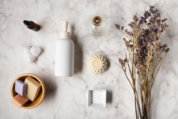 Vista superior de productos para el cuerpo con lavanda al lado