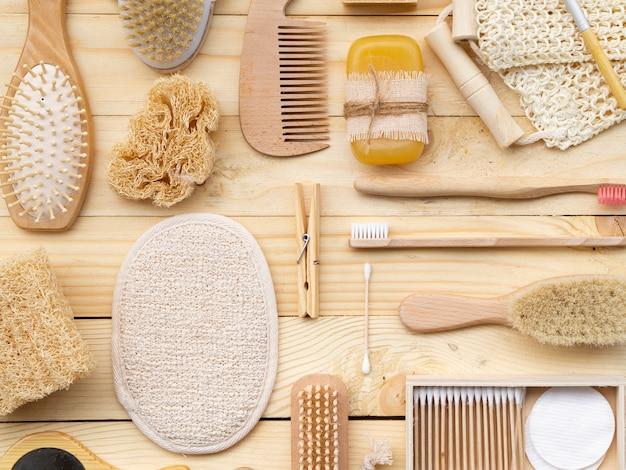 Vista superior de productos para el cuidado en mesa de madera