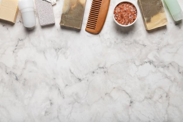 Vista superior productos y herramientas cosméticos de higiene