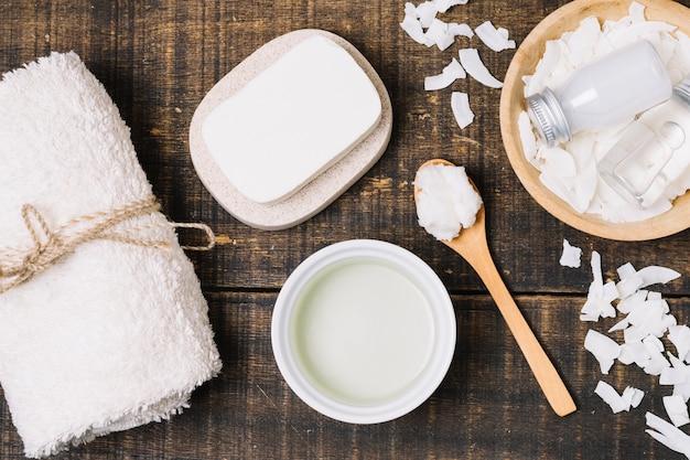 Vista superior de productos higiénicos de aceite de coco
