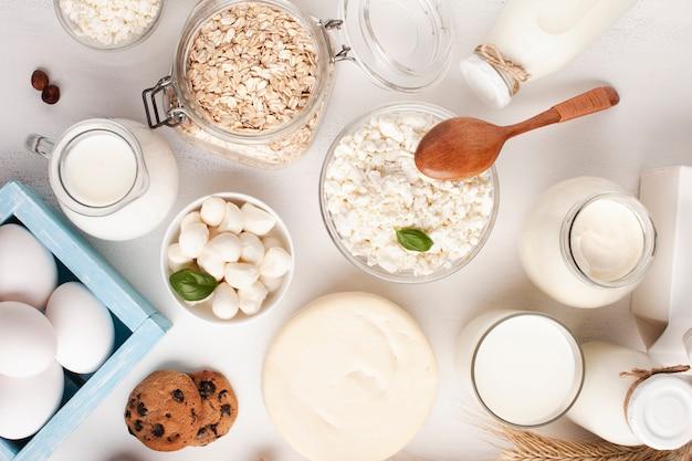 Vista superior de productos lácteos y galletas.