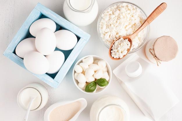 Vista superior de productos lácteos con huevos en caja.