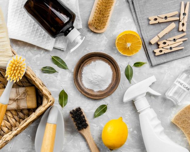 Vista superior de productos de limpieza ecológicos con bicarbonato de sodio.