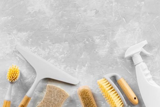 Vista superior de productos de limpieza ecológicos con espacio de copia