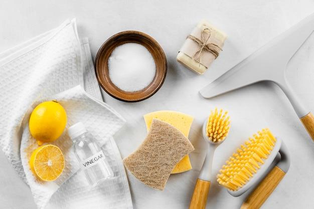 Vista superior de productos de limpieza ecológicos.
