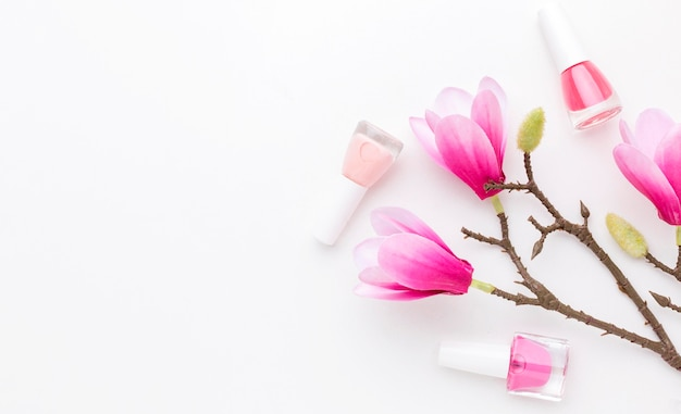 Vista superior de productos de manicura y flores con espacio de copia