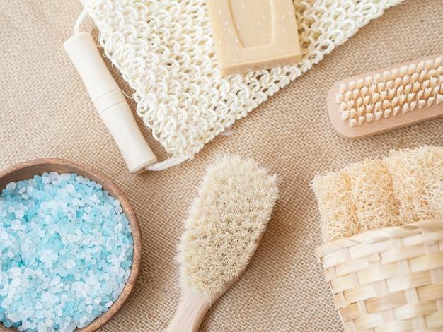 Vista superior de productos de spa y cepillos
