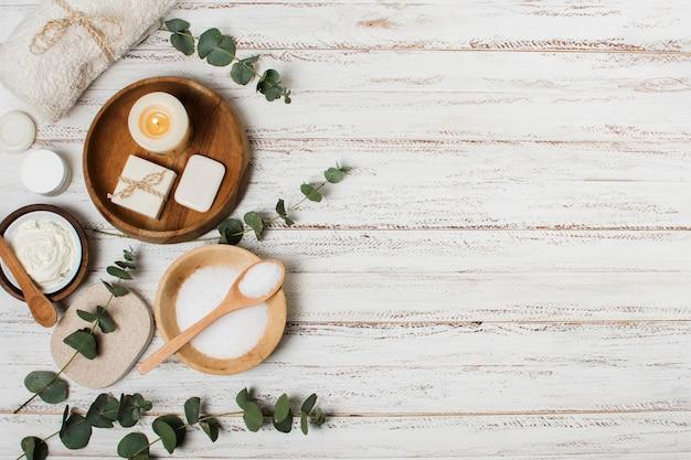 Vista superior de productos de spa sobre fondo de madera