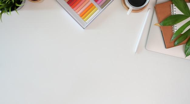 Vista superior profesional moderno creativo diseñador gráfico de trabajo espacio