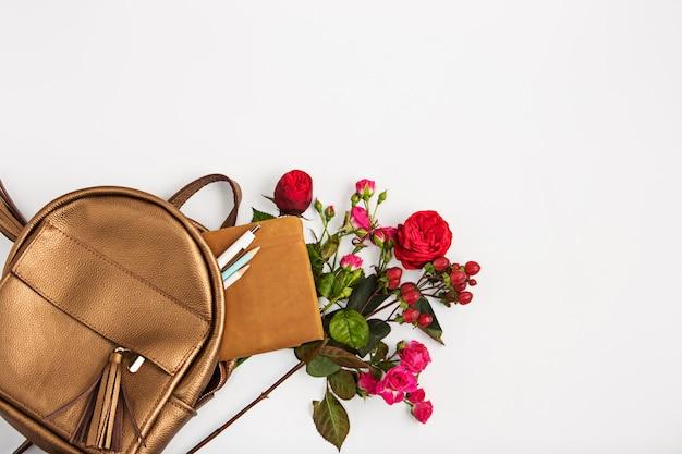 Vista superior de la propiedad femenina en bolsa