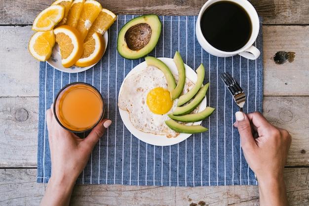 Vista superior de proteínas desayuno con huevos y fruta.
