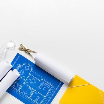Vista superior del proyecto arquitectónico con surtido de diferentes herramientas con espacio de copia
