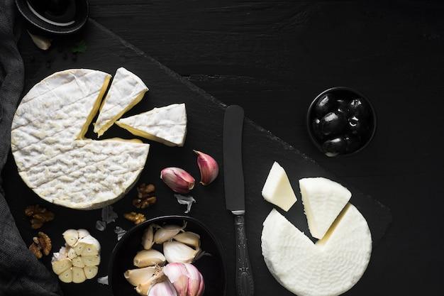 Vista superior de queso y aceitunas
