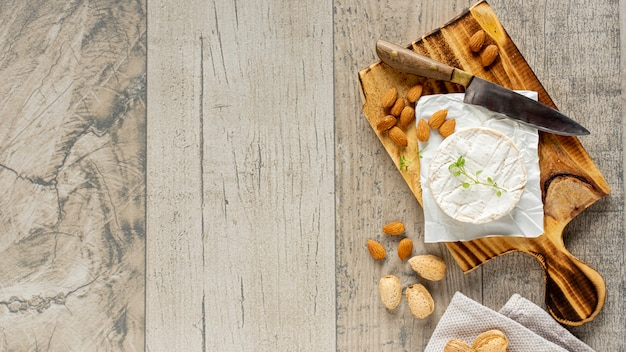 Vista superior de queso brie con espacio de copia