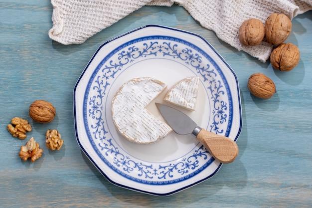 Vista superior de queso brie y pared