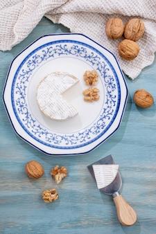Vista superior de queso brie en un plato