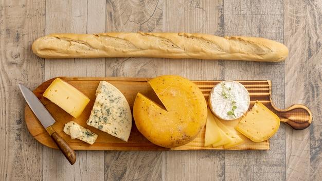 Vista superior de queso y queso brie con baguette