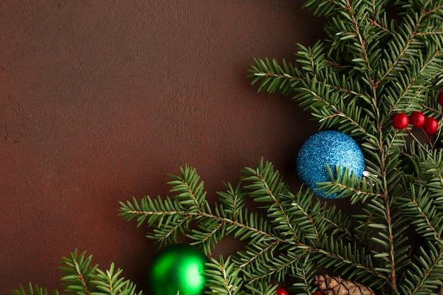 Vista superior de la rama de un árbol de navidad con espacio de copia