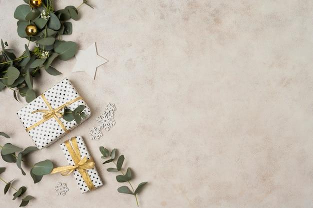 Vista superior rama con hojas y regalos al lado