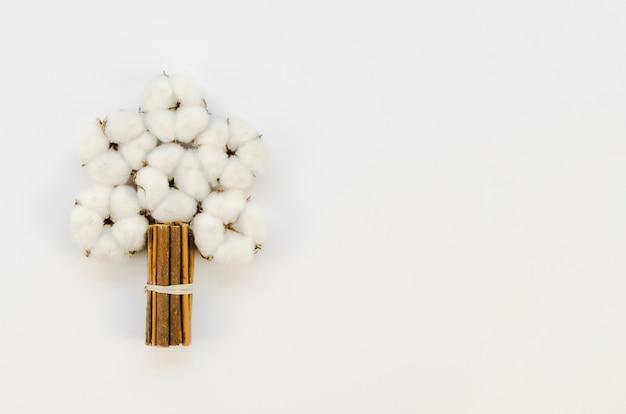 Vista superior ramo de flores de algodón con espacio de copia
