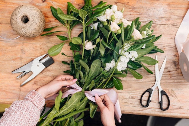 Vista superior ramo de flores con un lazo.