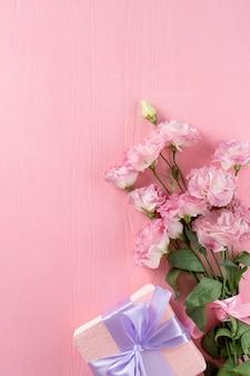 Vista superior del ramo de flores con regalo