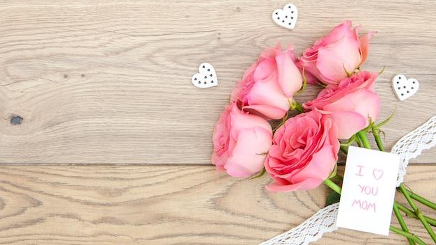Vista superior del ramo de rosas en la mesa de madera