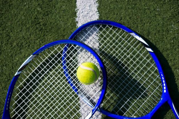 Vista superior raquetas de tenis con una pelota