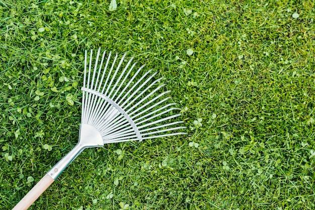 Vista superior de rastrillo en la hierba