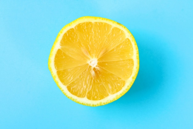 Vista superior de una rebanada anaranjada de la fruta en fondo brillante en color en colores pastel.