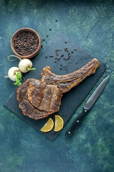Vista superior de la rebanada de carne frita sobre fondo oscuro plato de comida de carne barbacoa alevines color cocinar costillas de animales cena