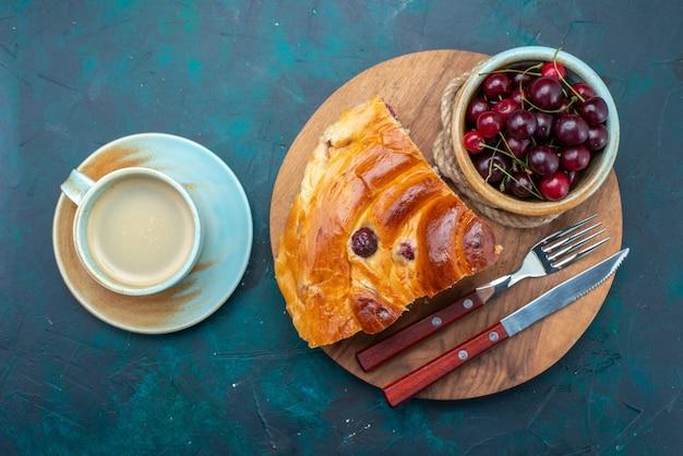 Vista superior de la rebanada de pastel de cereza con guindas frescas y leche en la oscuridad, pastel de frutas hornear té dulce