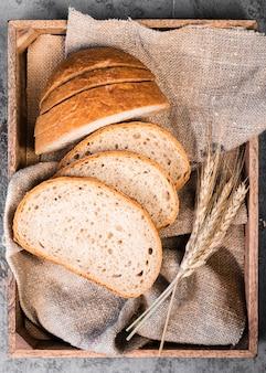 Vista superior rebanadas caseras de pan y trigo