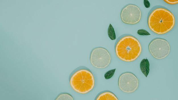 Vista superior rebanadas de espacio de copia naranja
