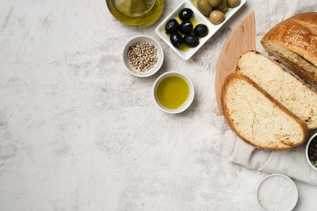 Vista superior rebanadas de pan y aceitunas orgánicas